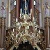 21.03.2009 Nowy żyrandol w prezbiterium